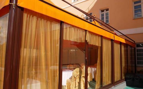 Защитные шторы для летних веранд. Солнцезащитные шторы. Летняя веранда ресторана