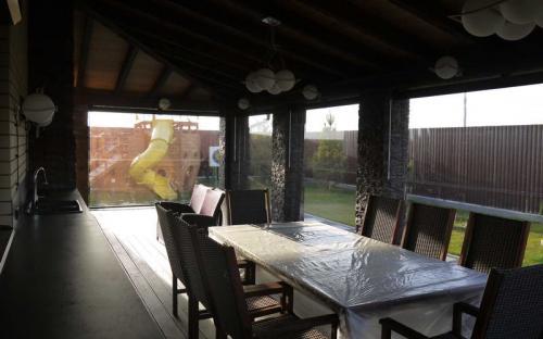 Защитные шторы для летних веранд. Прозрачные шторы. Частный загородный дом