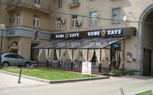 """Летнее кафе. """"Кофе хауз"""", Кутузовский проспект. Алюминиевый каркас, поликорбонат, монолитный подиум."""