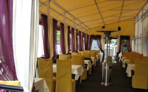 """Летняя веранда. Ресторан """"Люмьеръ"""" Алюминиевый каркас, яхтенная ткань, деревянный подиум"""